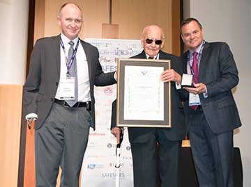 Peter Lloyd awarded the prestigious Oswald Watt Gold Medal at the Safeskies conference held in Canberra.