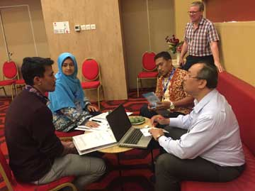 Senior Transport Safety Investigator Mike Hooley discusses transport safety investigation with Indonesian students.