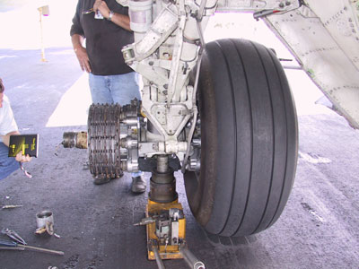 Figure 1. Left main landing gear missing number-2 wheel.