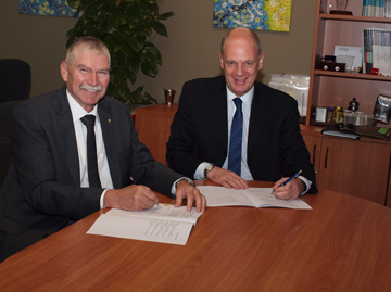 Mr Martin Dolan, the Chief Commissioner of the ATSB, and Mr Mark Skidmore, the Director of Aviation Safety, CASA, signed the new MoU on 30 March 2015